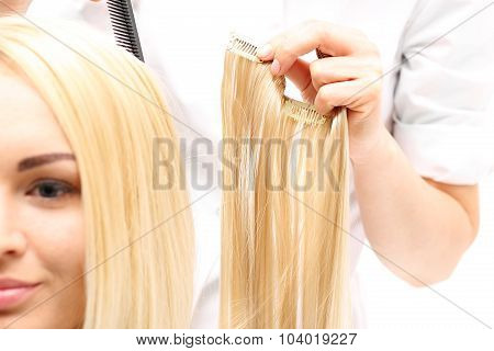 Barber prolongs the hair strands of hair buttoning