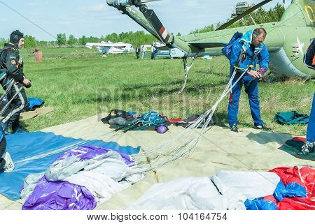 Preparations of parachutists for a new jump