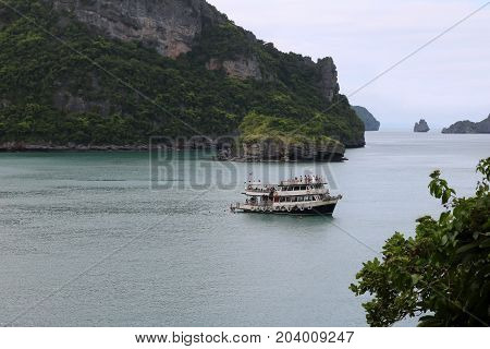 Boat trips to visit the archipelago island Ang Thong in Thailand.