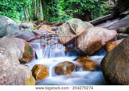 Riachuelo en cascada entre las rocas ,con efecto seda