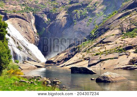 Waterfall of ezaro or waterfall of xallas is a waterfall of the river Xallas in its mouth to the sea. Located in the municipality of Dumbr