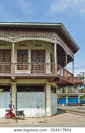Nakhon Phanom, Thailand - May 2017: Conserved Old Mixed Concrete And Wooden Shophouse In Downtown Na