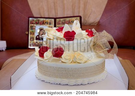 Wedding cake with roses and birds on icon background