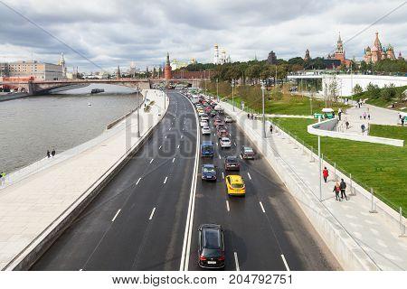People And Cars On Moskvoretskaya Embankment