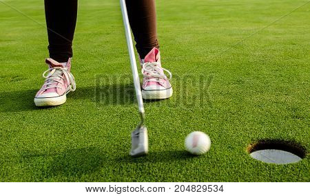 Golf, pink shoe girl makes the final blow