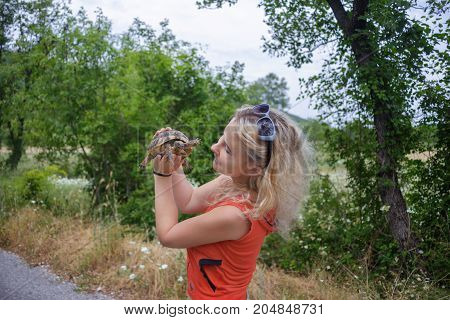 Girl hold the turtle in the national park