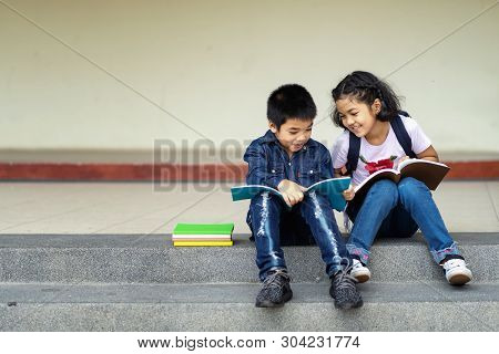The Group Of Children Read The Books Together In The School Happily.back To School.education.beginni