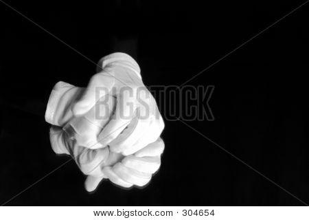behandschuhten Händen
