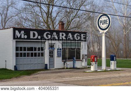Usa, Ohio -  April 26, 2018: Vintage Gas Station (m.d.garage), Ohio Us