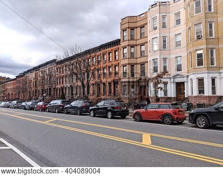 Row Of New York City, Usa - December 27 2020: Brownstones Apartment Buildings Along A Street With Pa