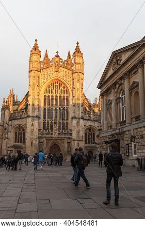 Bath, United Kingdom - November 1, 2017: Street View With The Abbey Church Of Saint Peter And Saint