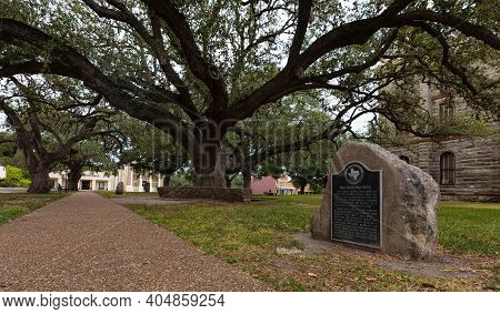 Goliad, Texas, Usa - September 3, 2020: Plaque Next To The Hanging Tree, Remembering The Atrocities