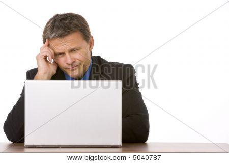 Kaufmann Stirnrunzeln beim betrachten laptop