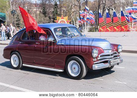 Old-fashioned car participates in parade