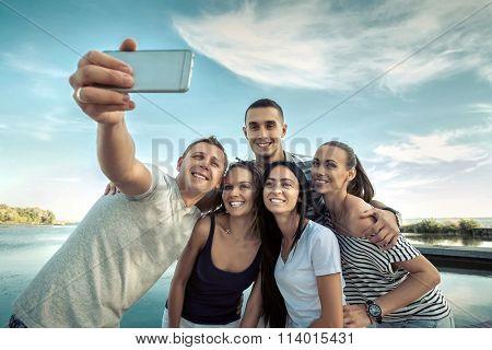 Selfie of grop happiness friends under sunlight.