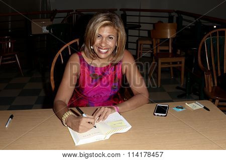 HUNTINGTON, NY-JAN 8: TV personality Hoda Kotb signs her book