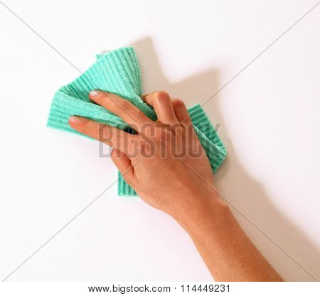 Cleaning the wall with the cleaning sponge tool.