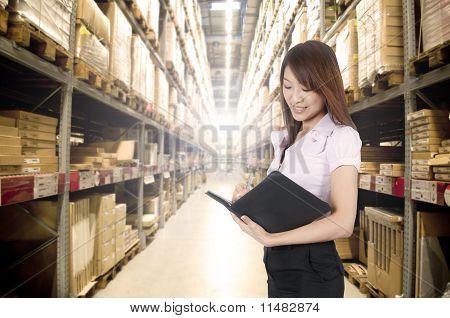 Asian Girl en almacén