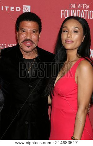 LOS ANGELES - NOV 9:  Lionel Richie, Lisa Parigi at the Patron of the Artists Awards 2017 at Wallis Annenberg Centeron November 9, 2017 in Beverly Hills, CA