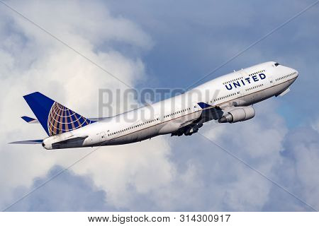 Sydney, Australia - October 8, 2013: United Airlines Boeing 747 Jumbo Jet Airliner Taking Off From S