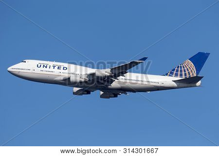 Sydney, Australia - October 7, 2013: United Airlines Boeing 747 Jumbo Jet Airliner Taking Off From S