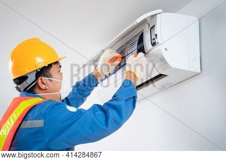 Air Conditioner Technician Wear A Safety Mask To Prevent Dust Technician Is Pulling A Dusty Filter F
