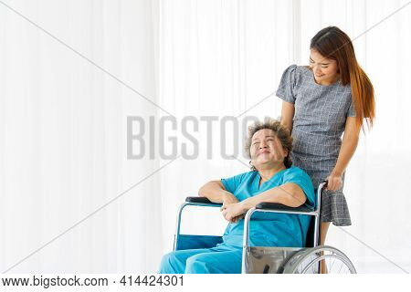 Asian Family Visits The Elderly Mother Who Is Seriously Ill At The Hospital For Support. Elderly Wom