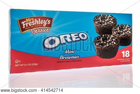Winneconne, Wi - 27 March 2021: A Package Of Mrs Freshleys Oreo Mini Brownies On An Isolated Backgro