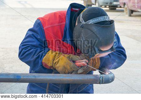 Pipeline, Butt Weld, Electric Arc Welding, Welder Welds The Pipe. Manual Arc Welding Of Technologica