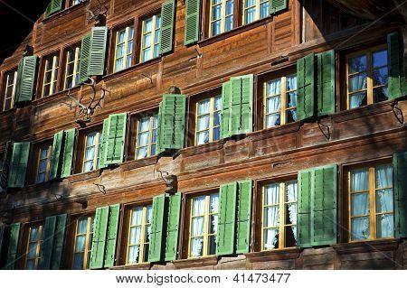 Fachada con ventanas de una casa de campo