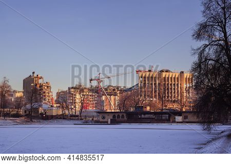 Moscow, Russia - December 07 2020: Pond In Ekaterininsky Park. In The Background - Parts Of Walls Of