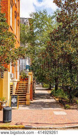 Savannah, Georgia Usa - September 10 2019: Beautiful Streets And Homes In Downtown Savannah, Georgia