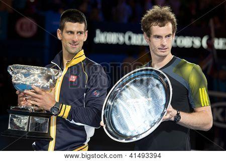 MELBOURNE - 27 janvier : Finaliste Andy Murray d'Ecosse (R) est surveillée par le vainqueur Novak Djokocvic