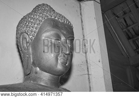 Phayao, Thailand - Dec 13, 2020: Black And White Headshot Front Right Buddha Statue In Sanctuary In