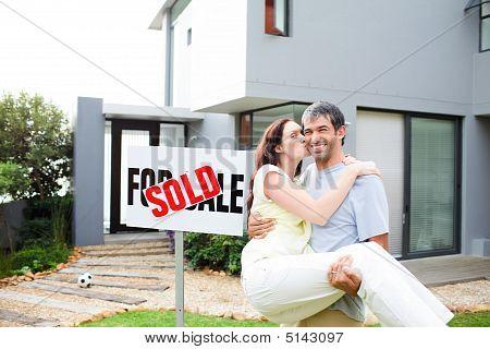 Paar vieren hun nieuwe huis
