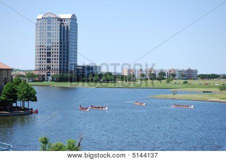 Dragon Boote am Kanal