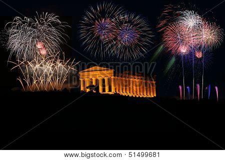 Griechicher Tempel mit Feuerwerk