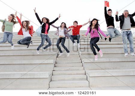 Gruppe Studenten springen zum Jahresende Prüfung
