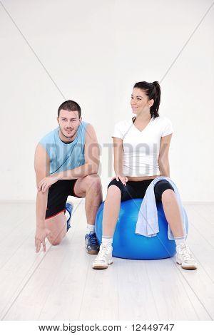 Счастливый молодая пара фитнес-тренировки и весело