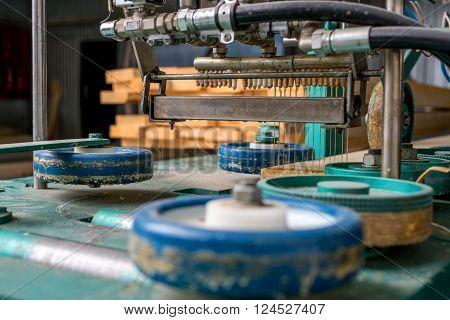 Machine for application of polyurethane adhesive on lamella