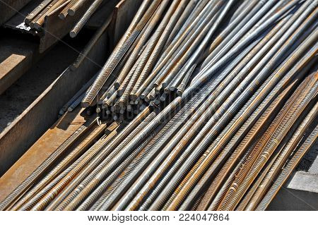 Armature rod for reinforcing on construction site