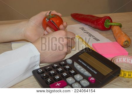 Doctor or nutritionist hold an Tomato. Good medical healthcare nutrition concept. Low-fat diet