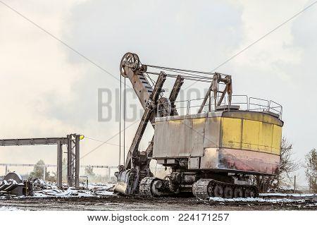 Heavy crawler bucket excavator for heavy mining industry