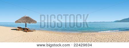 Liegestühle auf den Strand-banner