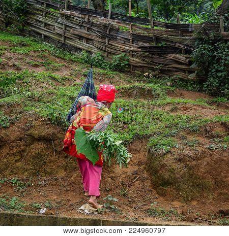Sa Pa, Vietnam - May 31, 2016. A Hmong Woman With Her Child In Sa Pa, Vietnam. Sa Pa Is A Mountain T
