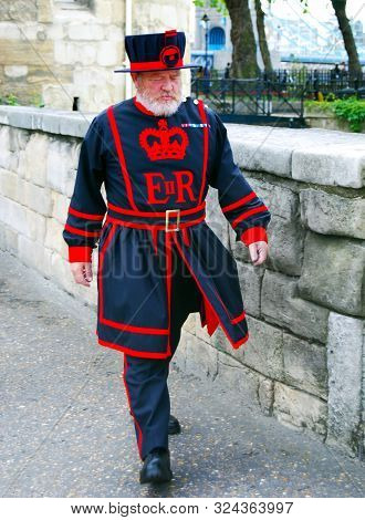 London / England Uk - Agoust 22, 2008: Beefeater Or Yeomen Warder, Ceremonial Guard Of The Tower Of