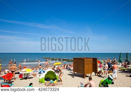 Zelenogradsk, Russia - August 17, 2017: A Crowd Of Bathers In Zelenogradsk Beach Located On The Balt