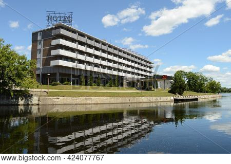 Smiths Falls, Ontario, Ca, June 16, 2021: A Full View From The Water Side Of The Econo Lodge Hotel L