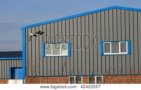 Utsidan av modern industriell eller fabrik byggnad.