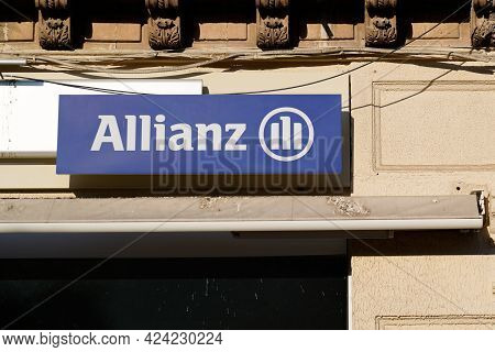 Toulouse , Occitanie France - 06 16 2021 : Allianz Insurance Logo Brand And Text Sign Office Of Fren